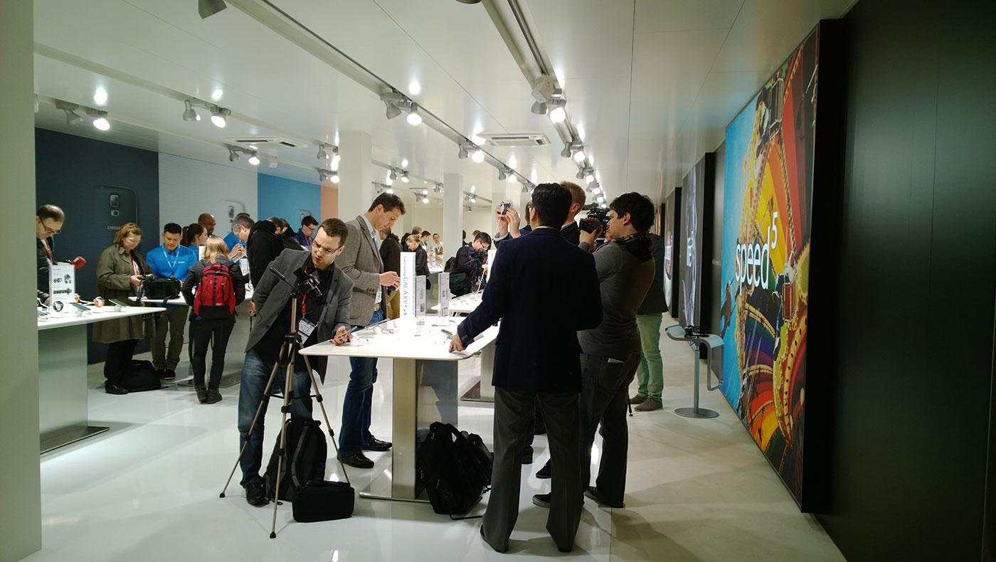 Samsung-Galaxy-S5-stand-2-mondo3.jpg