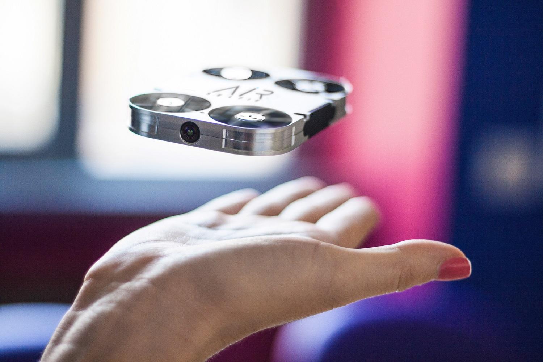 Arriva AirSelfie: la prima flying camera tascabile, integrata nella cover dello smartphone