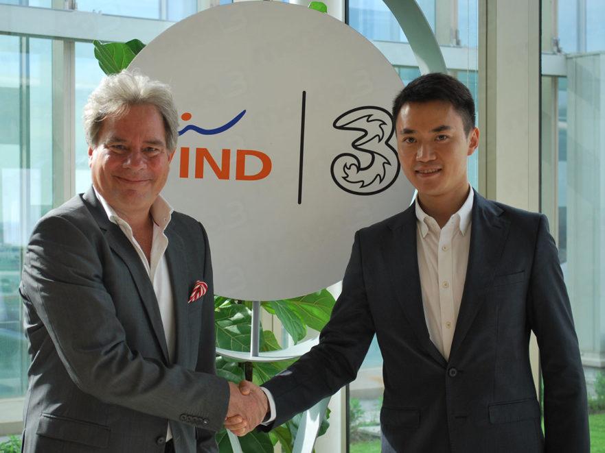 i CEO di Wind Tre (Jeffrey Hedberg) e di Xiaomi (Wang Xiang)